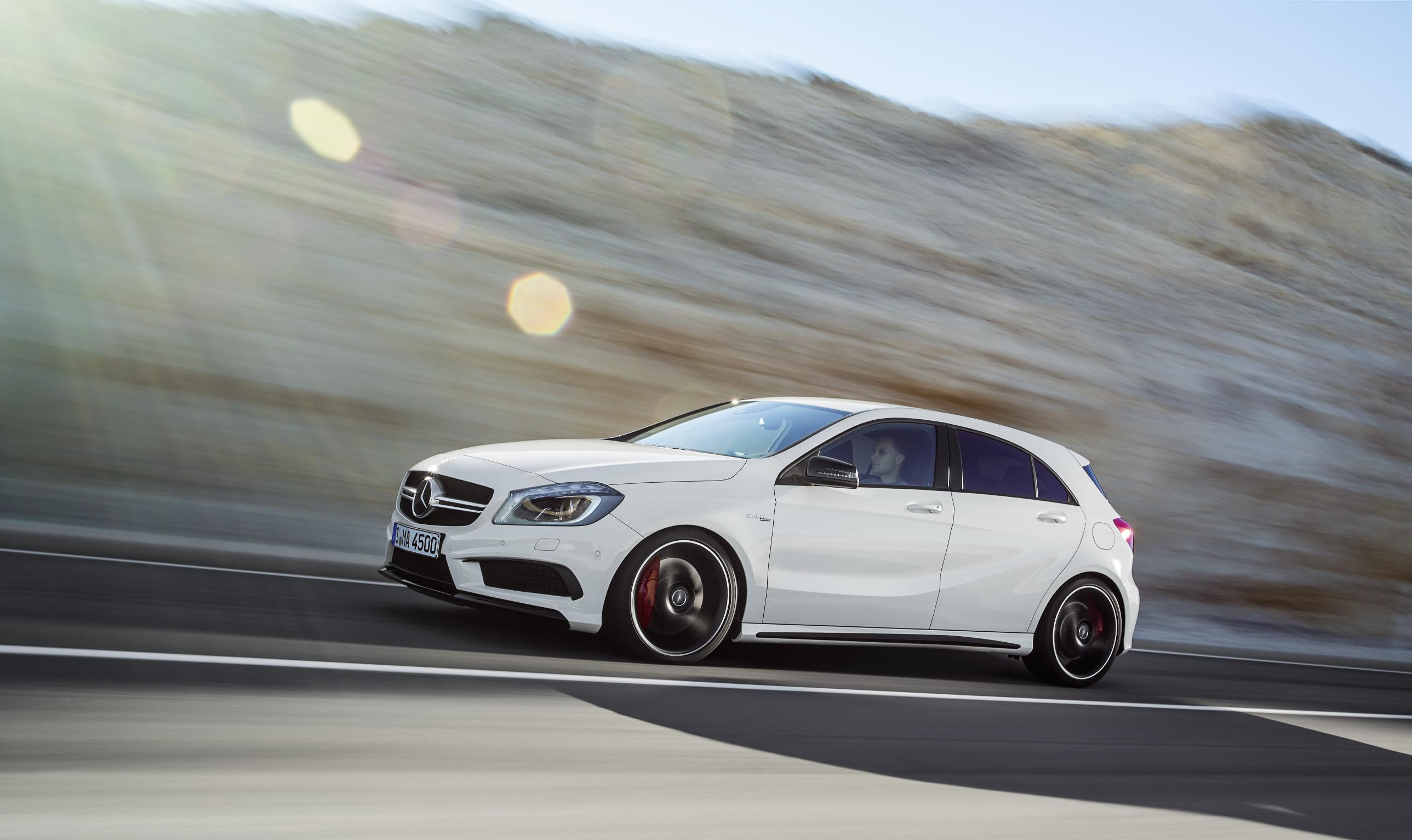 mercedes a45 amg 180 ch l pour une toile filante. Black Bedroom Furniture Sets. Home Design Ideas