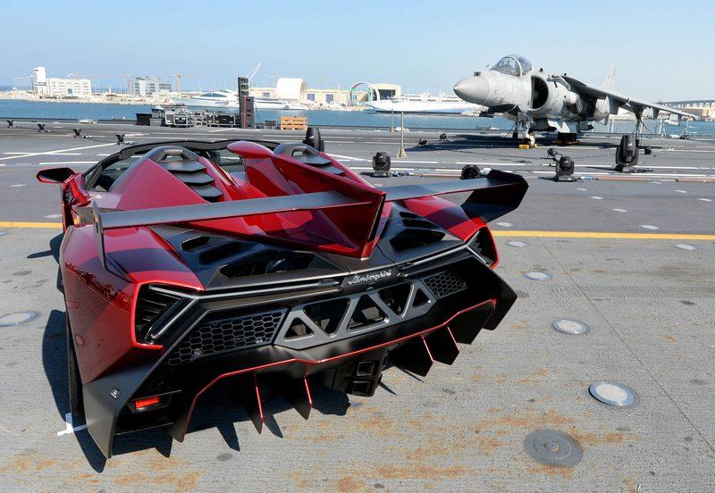 Veneno Roadster su portaerei Cavour 3