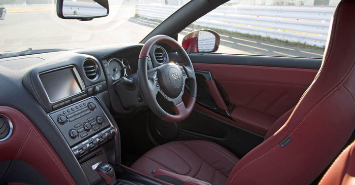 nissan GT-R 2014-cockpit