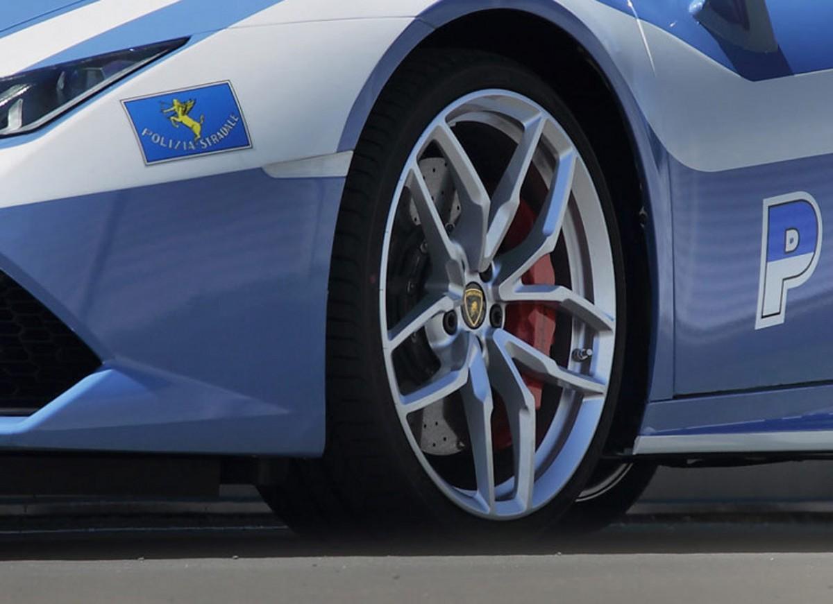 Lamborghini-Huracan-pour-la-police-italienne.9-1200x871