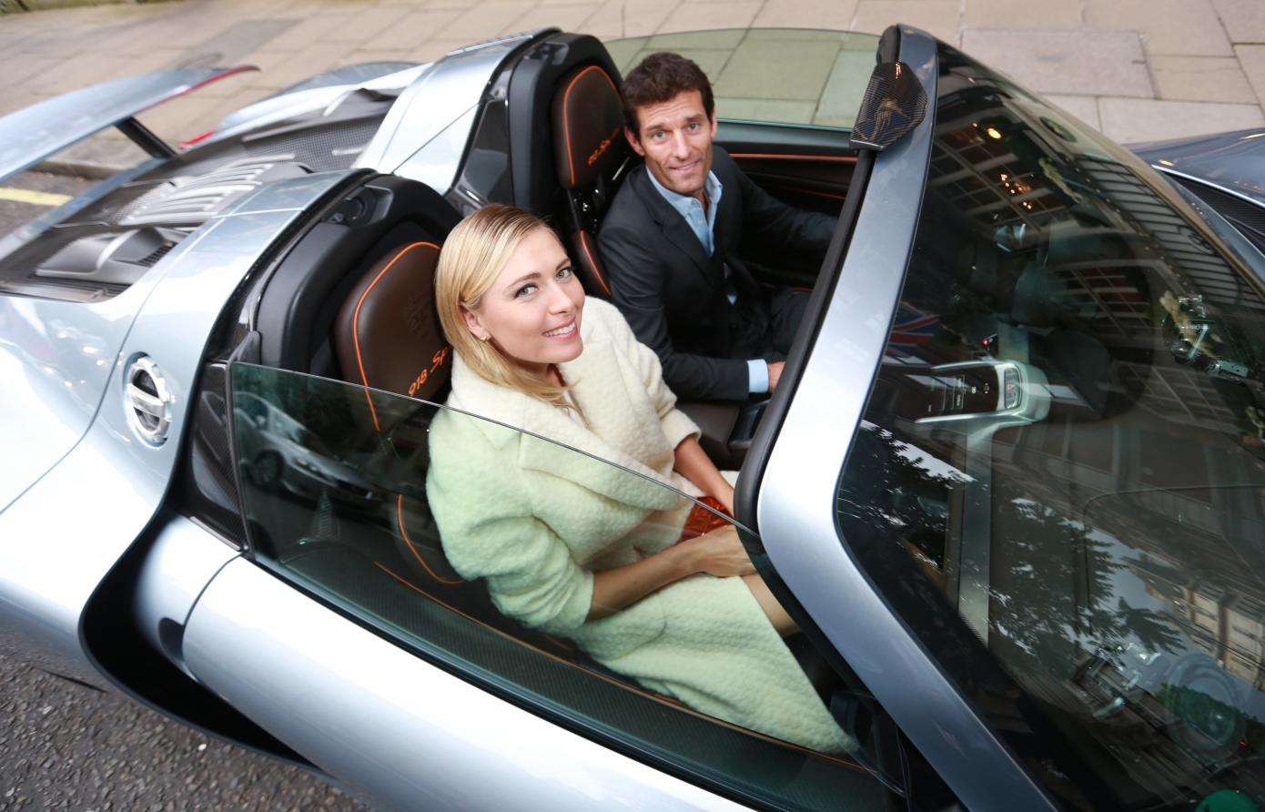 Maria_Sharapova_and_Mark_Webber_drive_away_in_electric_mode_in_the_Porsche_918_Spyder