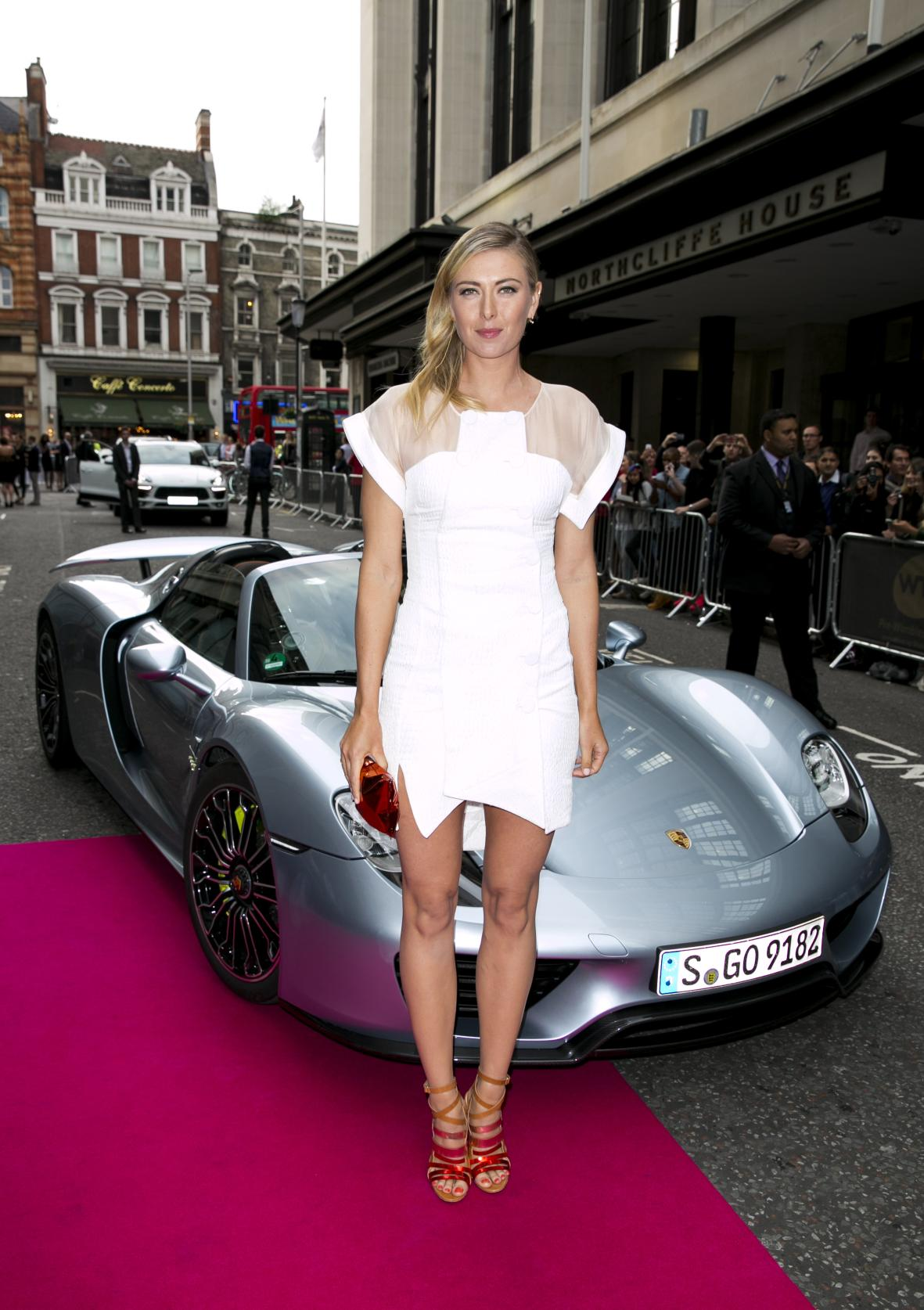 Maria_Sharapova_and_the_Porsche_918_Spyder_arrive_at_the WTA_Kensington_Roof_Gardens