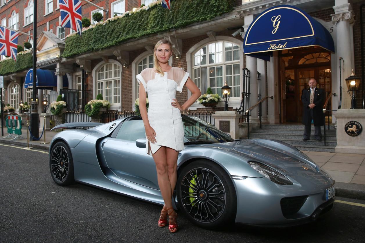 Maria_Sharapova_and_the_Porsche_918_Spyder_super_sports_car