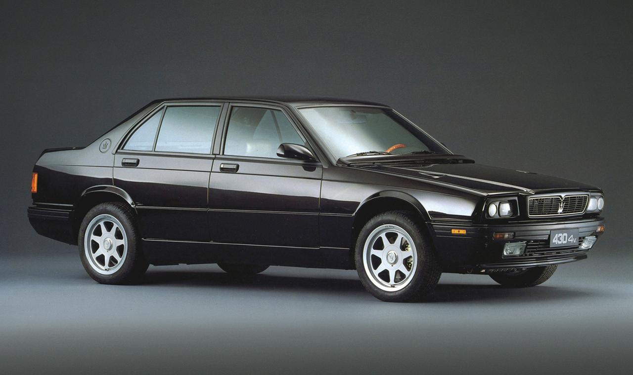 Sous cette allure de BMW E30, se cache une brute de 280 ch... Gare aux deux turbos sous la pluie...