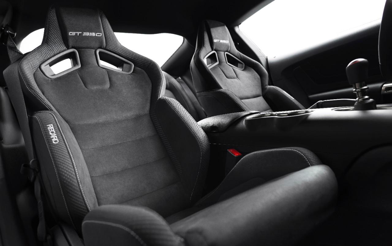 Ces sièges enveloppants et ce court levier de vitesses promettent des réjouissances derrière le volant !